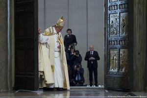 Papa Francesco chiude la Porta Santa a conclusione del Giubileo (foto Ansa)