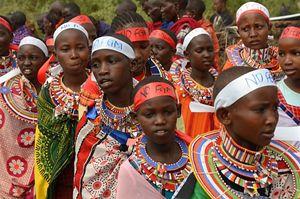"""Un gruppo di ragazze masai partecipano al """"rito di passaggio alternativo"""". In copertina: Nice Nailantei Leng'ete (le foto sono di Alessandro Rocca)."""