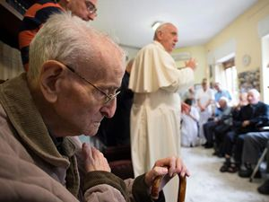 Benedizione del Papa in un ospizio per anziani sacerdoti (foto Reuters)