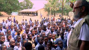 Giobbe Covatta durante la sua recente visita al progetto di Amref in Kenya orientale.