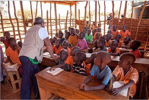 Il comico e storico testimonial di Amref durante la sua visita in Kenya.