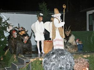 Salzburg (Austria), San Nicolò distribuisce doni ai bambini accompagnato da angeli e dai Krampus