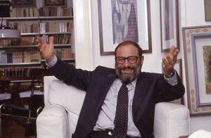 Umberto Eco nella sua abitazione (1982) in una foto scattata in occasione dell'intervista di Vittorio Messori