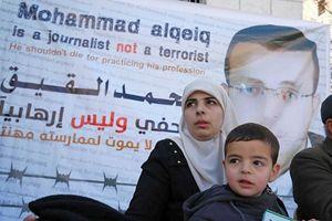La moglie e il figlio di Muhammed al-Qeiq.