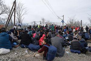 Profughi bloccati al confine fra Grecia e Macedonia.