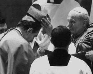 Papa Giovanni Paolo II pone la berretta cardinalizia sul capo di Carlo Maria Martini