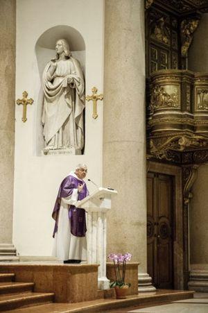 Padre Ermes Ronchi mentre celebra la messa nella Basilica di San Carlo a Milano (foto Fabrizio Annibali)