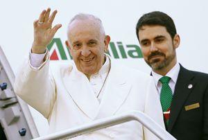 Roma, venerdì 12 febbraio 2016. Papa Francesco alla sua partenza dall'aeroporto di Fiumicino.