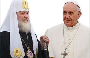 Nell'accostamento fotografico, da sinistra: Kirill, Patriarca di Mosca e di tutte le Russie, e papa Francesco.