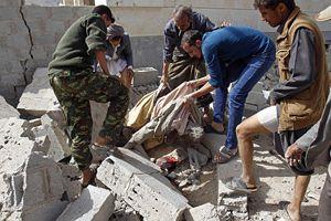 Un civile ucciso dai bombardamenti in Yemen.