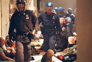 Un'immagine del film di Daniele Vicari sulle violenze alla Diaz, durante i giorni del G8 di Genova. In Italia non c'è ancora una legge sul reato di tortura.