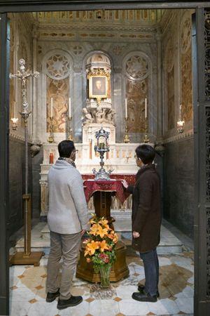 Fedeli in preghiera davanti al reliquiario (foto Cosmo Laera)