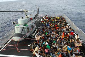 Salvataggio in mare di decine di migranti e profughi, il 4 ottobre 2015. Foto: Marina militare-agenzia Ansa.