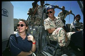 Ilaria Alpi in Somalia con l'allora comandante della missione italiana Ibis Carmine Fiore.