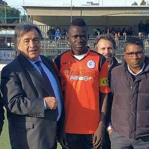 Il sindaco di Palermo con il ragazzo maliano che ha ottenuto il tesseramento per sentenza dei giudici.