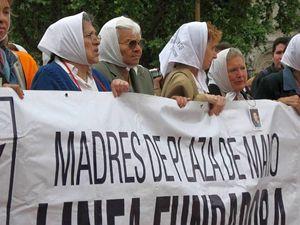 Una delle tante manifestazioni delle Madri di Plaza de Mayo.