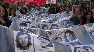 Un corteo fa sfilare i ritratti dei desaparecidos. In copertina: Estela de Carlotto.