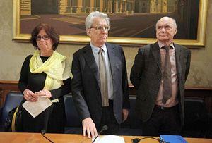 In questa foto e in copertina: Luigi Manconi insieme ai genitori di Giulio Regeni, alla conferenza stampa del 29 marzo.