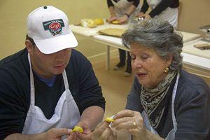 """Una delle nonne volontarie, che insegnano a fare i tortellini e gli altri tipi di pasta """"secondo tradizione""""."""