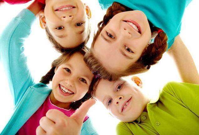Bambini E Bambine Lansia Per Il Nipote Che Gioca Solo Con Le