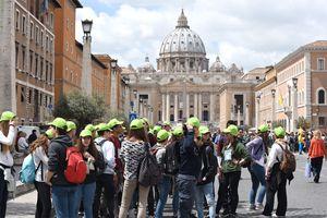 Un'immagine del Giubileo dei ragazzi. Foto: Agensir.it. In alto: il Papa confessa alcuni adolescenti in Piazza San Pietro.