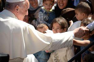 Papa Francesco nella sua recente visita a Lesbo. Foto Ansa.