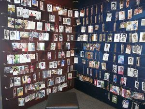 Due delle tante pareti piene di fotografie di persone uccise durante il genocidio, al Memoriale di Kigali, la capitale ruandese.