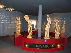 Qui, in copertina e nelle altre foto: il Memoriale del genocidio di Kigali, in Ruanda. In questa foto: la scultura all'ingresso del Memoriale. In copertina: l'ala dedicata ai bambini uccisi nel genocidio (Le foto sono di Luciano Scalettari)