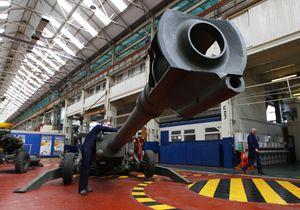 Una fabbrica di cannoni in Inghilterra. Foto Reuters.