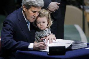 New York, 21 aprile 2016. John Kerry, Segretario di Stato degli Stati Uniti, firma allo'Onu l'accordo sul clima per conto degli Usa con la nipotina in braccio. Foto Reuters.
