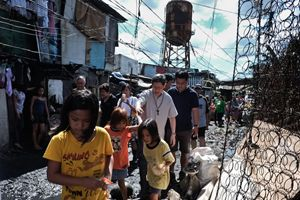 Una delle frequenti visite del cardinale Antonio Luis Tagle nei quartieri poveri di Manila. Foto Ucanews.