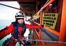 Trivelle, blitz di Greenpeace su una piattaforma al largo di Ravenna. La replica: demagogia