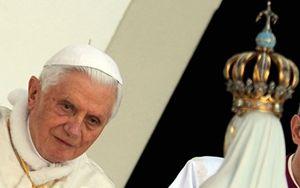 Il papa emerito Benedetto XVI in preghiera