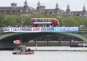 Uno striscione sul Tamigi invita a votare per restare nell'Ue e si scaglia contro Nigel Farage che è per il sì