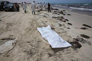 Le operazione di recupero dei migranti annegati sulla costa libica. Foto Ansa.