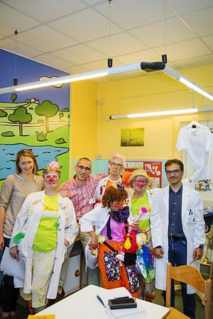 Qui e in copertina: clown dottori con alcuni bambini e genitori al Pronto soccorso pediatrico del Burlo Garofolo di Trieste.