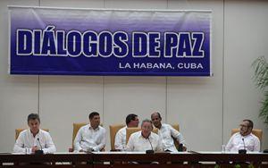 Da sinistra: il presidente della Colombia, Juan Manuel Santos, il presidente cubano, Raul Castro, e il leader delle Farc, Rodrigo Londoño Echeverri, durante una sessione dei colloqui di pace, nel settembre 2015. Foto Ansa. ,