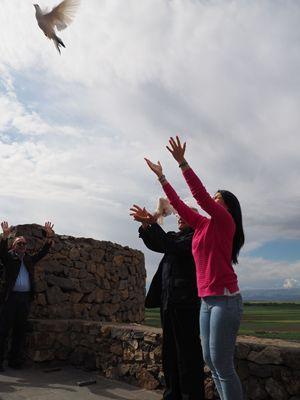 Si liberano colombe nel monastero di Khor Virap (nella foto grande: il complesso religioso con sullo sfondo il Monte Ararat (già in Turchia) sulla cui cima, secondo la tradizione, si arenò l'Arca di Noè.