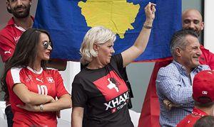 La signora Xhaka in tribuna, madre dei due fratelli che hanno giocano uno con l'Albania e l'altro con la Svizzera.