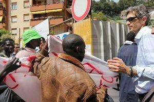 Maurizio Marmo, direttore della Caritas diocesana, parla con alcuni migranti.