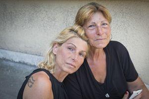 Daniela Castellano, a sinistra, insieme alla madre davanti all'obitorio del Policlinico di Bari (foto Cosmo Laera)