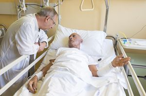 Matteo Mascoli, 83 anni, con il cappellano dell'ospedale di Andria, don Sabino Lembo (foto Cosmo Laera)