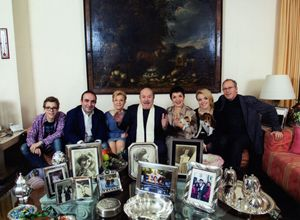 Lino Banfi con tutta la sua famiglia. Da sinistra il nipote Pietro, il figlio Walter, la moglie Lucia Lagrasta, 78 anni, la figlia Rosanna, l'altra nipote e il genero Fabio