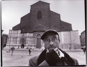 Qui sopra: Lucio Dalla ritratto da Guido Harari. In alto: il cantautore immortalato da Fabio Lovino.