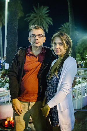 Vanessa Greco Raiti, coordinatrice della sicurezza all'ambasciata americana a Roma, con il marito in uno dei tanti punti del lungomare di Nizza dove si commemorano le vittime della strage (foto di Fabrizio Annibali).