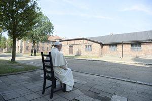 Papa Francesco raccolto in silenziosa preghiera ad Auschwitz.