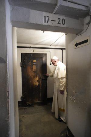 Papa Francesco nella cella di padre Massimiliano Kolbe.