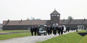 Papa Francesco nel campo di concentramento di Birkenau.