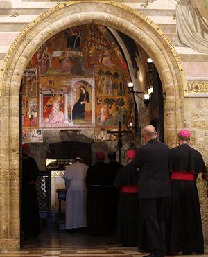 In questa foto dell'agenzia Reuters: papa Francesco nella Porziuncola il 4 ottobre 2013. La foto in alto è dell'agenzia Ansa.