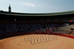 Un minuto di silenzio per Victor Barrio è stato osservato nell'arena durante la festa di San Firmino a Pamplona (foto Reuters).